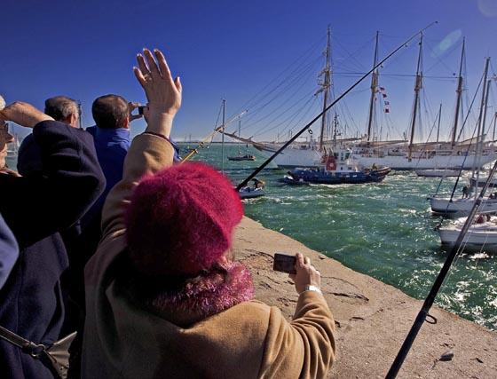 El Elcano se despide de Cádiz