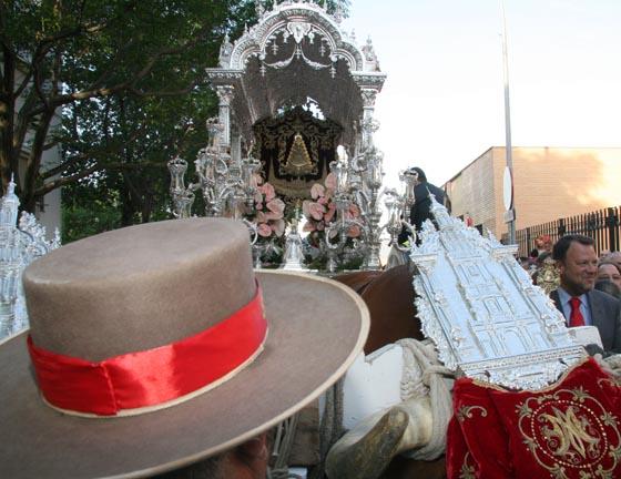 Doce hermandades sevillanas inician su peregrinación a El Rocío