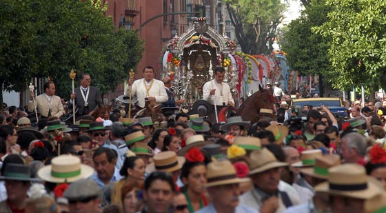 Multitudinaria salida del simpecado de Triana