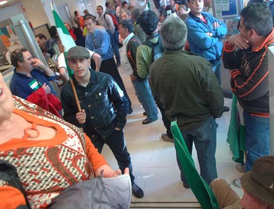 Sindicalistas se encierran en un banco en Granada