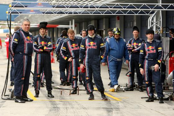 Los mecánicos de Red Bull, preparados para un repostaje de Vettel.  Foto: Juan Carlos Toro