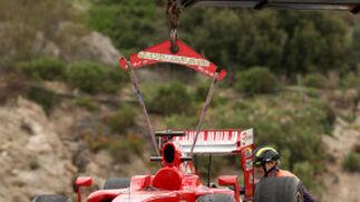 El Ferrari de Massa es remolcado por la grúa.  Foto: Juan Carlos Toro