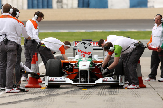 El Force India de Fisichella, durante una parada en boxes.  Foto: Juan Carlos Toro