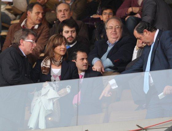 Joaquín Bilbao, indicando a Pilar Sánchez y a Francisco González Cabaña sus asientos.  Foto: Juan Carlos Toro