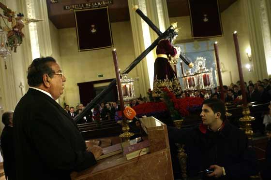 Juan Miguel Ortega anuncia la suspensión del traslado por la lluvia.  Foto: Antonio Pizarro