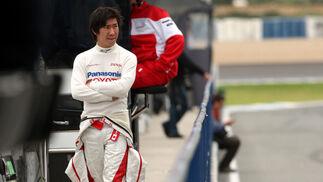 Kobayashi, probador de Toyota, en el pit-lane.  Foto: Juan Carlos Toro