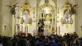 Multitud de personas llenaban el templo para asistir al Vía Crucis.  Foto: Antonio Pizarro