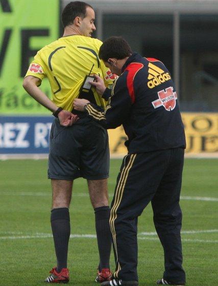 Ontanaya López tuvo problemas con la petaca de su intercomunicador y tuvo que parar el encuentro para que el cuarto árbitro se la colocase bien  Foto: Juan Carlos Toro