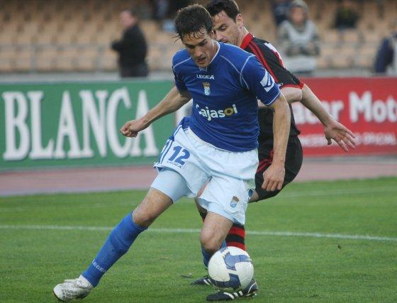 El ariete azulino pugna por un balón en el área del equipo de Pepe Mel.  Foto: Juan Carlos Toro