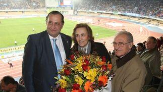 Rafael Verdú, presidente de honor, entregó un ramo de flores a Mª Teresa Rivero junto a Joaquín Bilbao.  Foto: Juan Carlos Toro