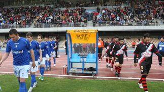 Los jugadores del Xerez y del Rayo fueron recibidos con aplausos por los casi doce mil espectadores que se dieron cita en Chapín.   Foto: Juan Carlos Toro