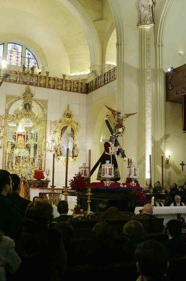 Los asistentes a la misa contemplan la imagen del Cristo.  Foto: Antonio Pizarro