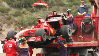 La grúa, elevando el Ferrari.  Foto: Juan Carlos Toro