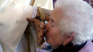 Una mujer besa las manos del Señor del Soberano.  Foto: Tamara Sánchez