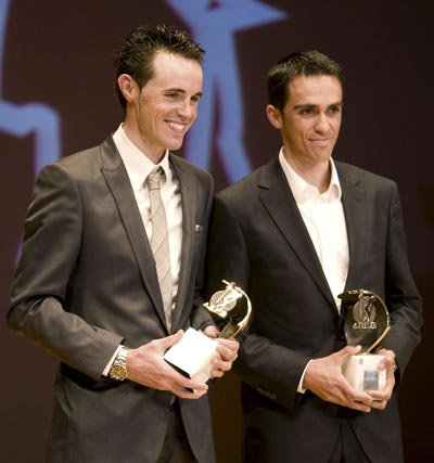 Los ciclistas Samuel Sánchez y Alberto Contador tras recoger el trofeo que les otorga la Asociación Española de Prensa Deportiva en la XXIX Gala del deporte celebrada esta noche en Sevilla.  Foto: José Manuel vidal./ Efe