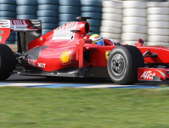 Felipe Massa superó en apenas sesenta milésimas a Fernando Alonso en los últimos dos minutos de la sesión jerezana.  Foto: J. C. Toro