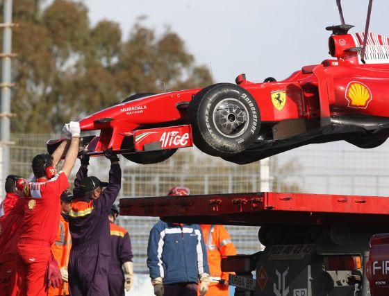 Felipe Massa, con la pista húmeda, sufrió un pequeó incidente al terminar sobre la grava.  Foto: J. C. Toro