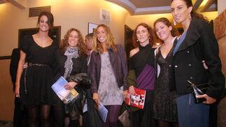 Gemma Mengual, rodeada de parte del equipo de sincronizada.  Foto: Belén Vargas