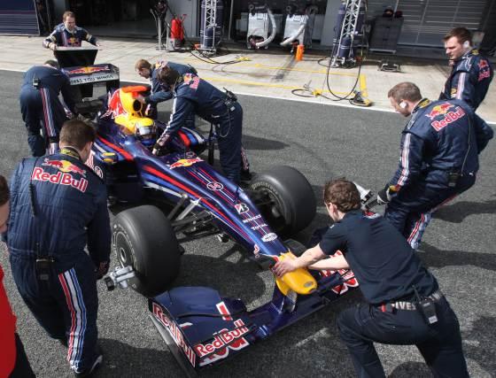 Mark Webber, ayudado por su equipo en el pit lane, completó 98 giros a la pista jerezana.  Foto: J. C. Toro