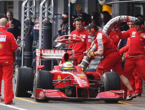 Massa, que sufrió una pequeña salida en pista, durante una de las paradas en boxes para repostar.  Foto: J. C. Toro