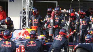 El equipo Red Bull durante el repostaje del bólido de Mark Webber.  Foto: J. C. Toro