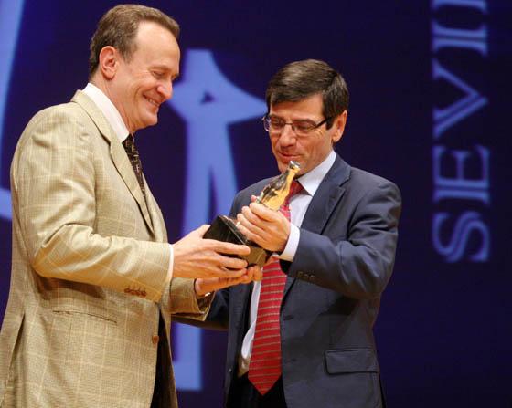 El ex seleccionador nacional de baloncesto y ahora técnico del Unicaja de Málaga, Aíto García Reneses, recoge el premio en nombre de los integrantes del conjunto nacional.  Foto: Belén Vargas