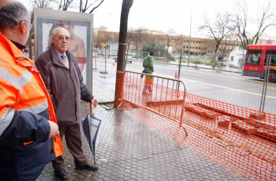 Varias personas conversan delante de las obras.  Foto: Victoria Hidalgo