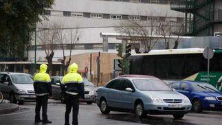 Varios policiías locales controlan el tráfico el primer día laborable de la segunda ronda.  Foto: Victoria Hidalgo