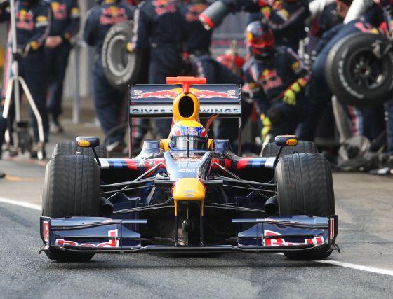 Webber (Red Bull), tras repostar gasolina y cambiar un juego de neumáticos, se dispone a rodar sobre la pista.  Foto: J. C. Toro