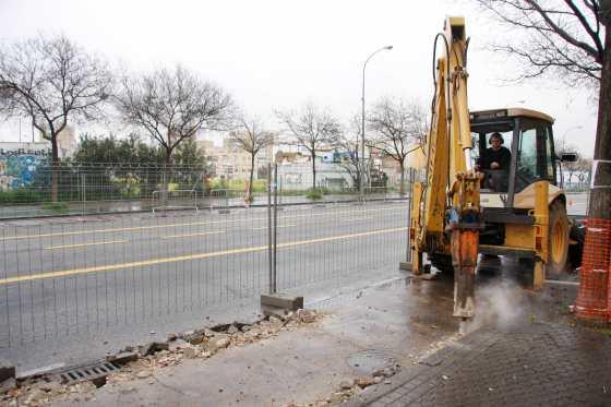 Las máquinas trabajan a destajo para acometer los acondicionamientos en Avenida de Llanes.  Foto: Victoria Hidalgo