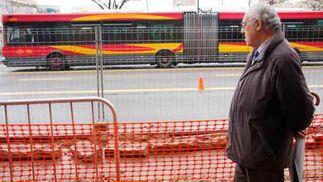 Un peatón atiende a las obras en la Avenida de Llanes.  Foto: Victoria Hidalgo