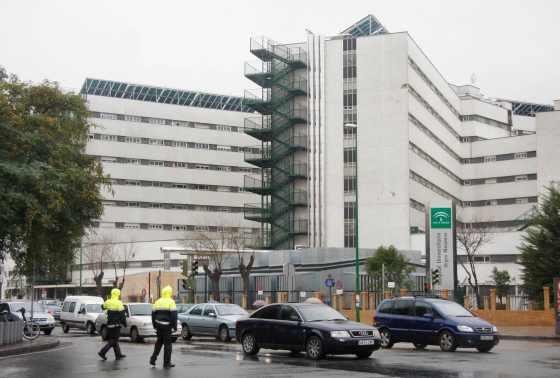 La policía controla el tráfico a la altura del hospital Virgen Macarena.  Foto: Victoria Hidalgo