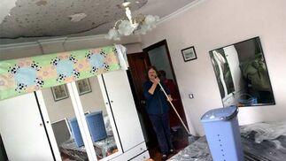 Las lluvias afectan de nuevo al barrio azotado por el tornado y los vecinos salen a la calle para pedir que les reparen sus viviendas  Foto: Migue Fernández