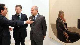 Antonio Pulido, Hernán Cortés y Manuel Chaves conversan ante el retrato de Felipe González.  Foto: Juan Carlos Vázquez / Manuel Gómez
