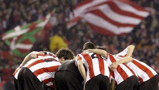 Los jugadores del Atlhetic de Bilbao, concentrados ante de iniar la segunda parte.  Foto: Félix Ordóñez/Agencias