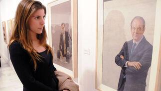 Una visitante observa el retrato de José Bono.  Foto: Juan Carlos Vázquez / Manuel Gómez