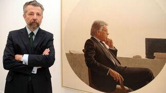 El pintor frente al retrato de Felipe González.  Foto: Juan Carlos Vázquez / Manuel Gómez