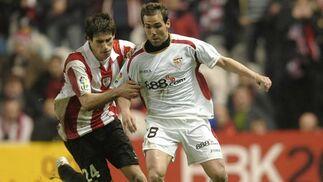 Fernando Navarro controla el balón mientras que Javi Martínez le agarra para impedir su carrera.  Foto: Félix Ordóñez/Agencias