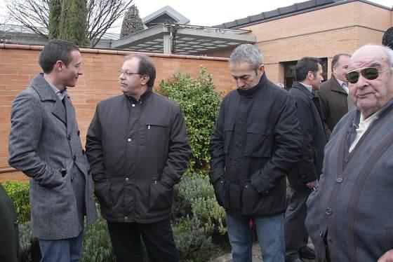 El ex entrenador del Granada CF Óscar Cano también acudió al sepelio.  Foto: Pepe Torres