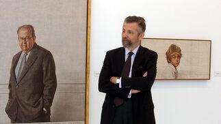 Hernán Cortés frente a dos de sus obras.  Foto: Juan Carlos Vázquez / Manuel Gómez