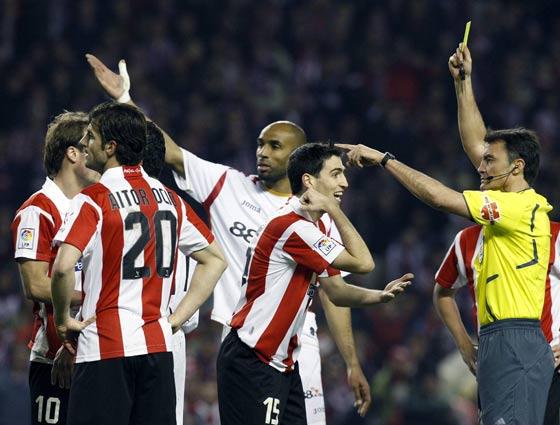 Iraola discute una tarjeta amarilla al árbitro.  Foto: Félix Ordóñez/Agencias
