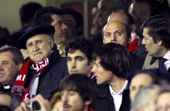 José María del Nido entre otros aficionados visiona el partido.  Foto: Félix Ordóñez/Agencias