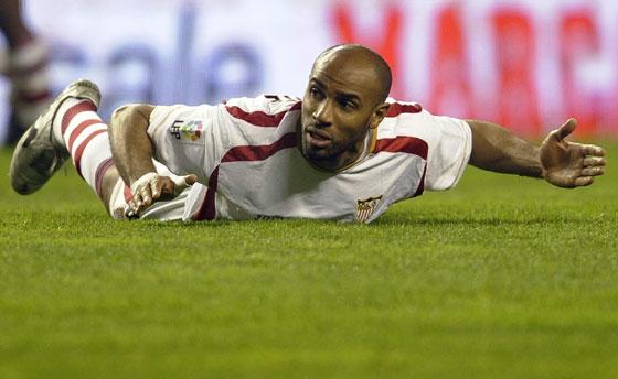 Kanoute en el suelo reclama una asistencia al árbitro.  Foto: Félix Ordóñez/Agencias