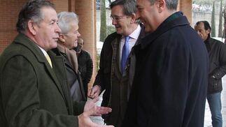 Los concejales de Mantenimiento y Deportes, Vicente Aguilera y Juan Casas, junto a Ernesto Martínez, jefe de prensa del Patronato Municipal de Deportes.  Foto: Pepe Torres