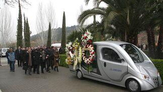 Los familiares de Miguel Prieto siguen el coche fúnebre tras la ceremonia.  Foto: Pepe Torres