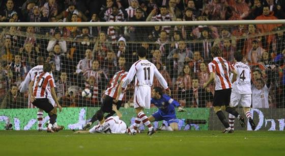 Palop no puede parar el primer gol del rival ante la atenta mirada de sus compañeros en el áerea  Foto: Félix Ordóñez/Agencias