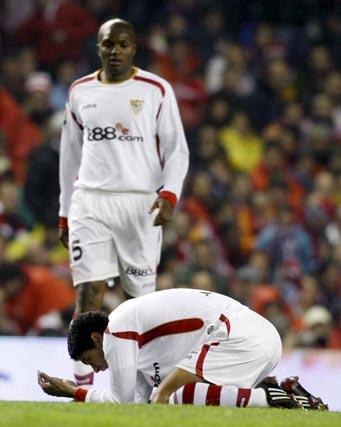 Renato se lamenta en el suelo de un intento fallido ante la mirada de Mosquera.  Foto: Félix Ordóñez/Agencias