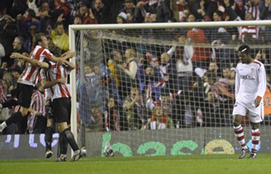 Romaric cabizbajo mientras algunos jugadores del Athletic celebran uno de los tres goles marcados.  Foto: Félix Ordóñez/Agencias