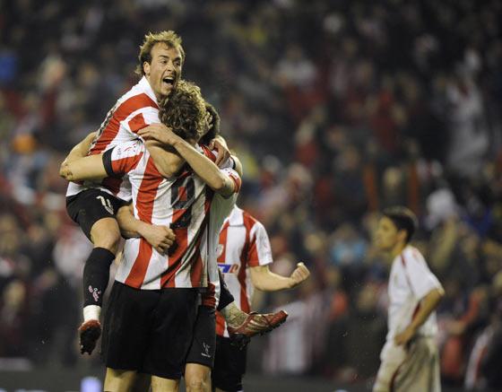 Yeste, eufórico, abraza a Llorente tras marcar el segundo tanto.  Foto: Félix Ordóñez/Agencias