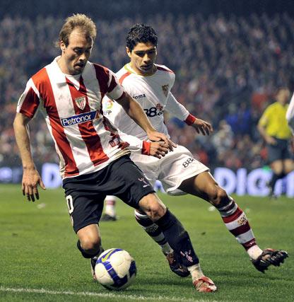 Yeste controla el balón ante la presión del sevillista Renato.  Foto: Félix Ordóñez/Agencias